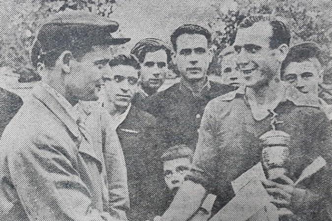 """Căpitanul echipei din Slobozia, Vasile Chiţcanean (în drepata), primeşte Cupa ziarului """"Molodioj Moldavii"""". Sursa foto: S. Galperin"""